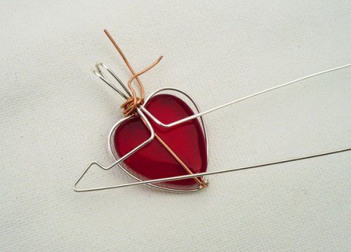 Marty Blu's My Valentine Heart Pendant - , Contemporary Wire Jewelry, Wire Wrapping, Wrapping, Wire Wrapping Jewelry, Using chain nose pliers to bend wire into the arrow shape.