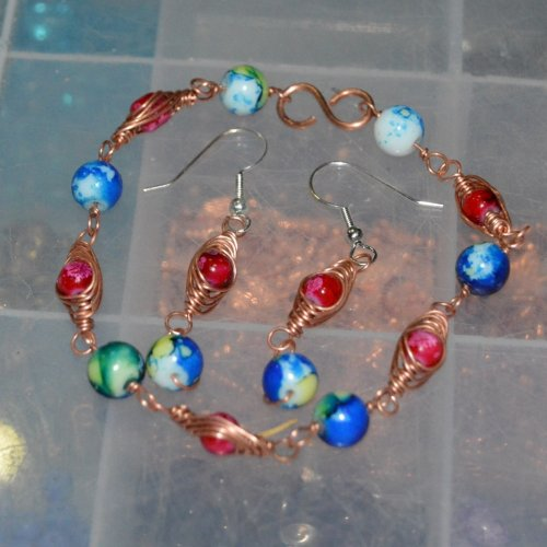 Deborah Kelly's Herringbone Bracelet and Earrings, Contemporary Wire Jewelry. Weaving, Wire Weaving, Weaving Wire. This tutorial for embellishing beads with a herringbone weave is a beautiful way to showcase your beads.