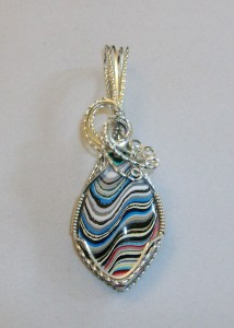 Wavy Fordite Pendant by Joan Madouse in silver-filled wire