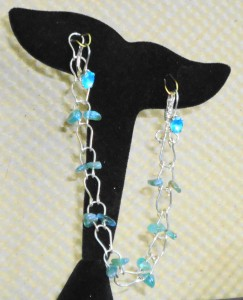 Jane Duke created this horseshoe link bracelet using Apatite chip beads and sterling silver wire.