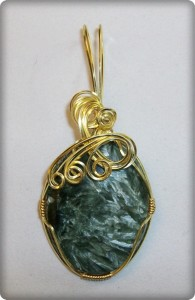 Seraphinite pendant in gold-plated wire wrapped by Joan Madouse