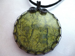 Kosadinka Dobreva created this serpentine pendant with a round cabochon and a Viking Weave Bezel